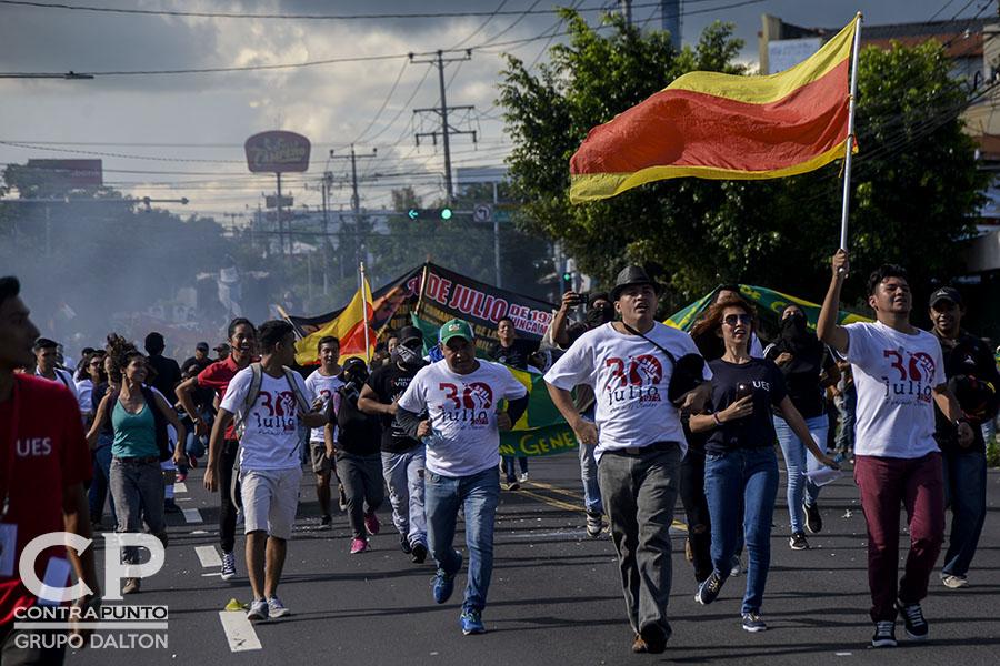 La Universidad de El Salvador conmemoró la masacre de estudiantes  ocurrida el 30 de julio de 1975. En esa fecha, los universitarios fueron reprimidos por el ejército dirigido por  el general Carlos Humberto Romero. Romero falleció en marzo de este año, y enterrado  con honores.