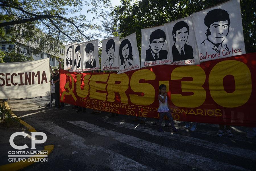 Al menos 13 estudiantes  fueron asesinados por el ejército salvadoreño dirigido por  el general Carlos Humberto Romero. Romero falleció en marzo de este año, y enterrado  con honores