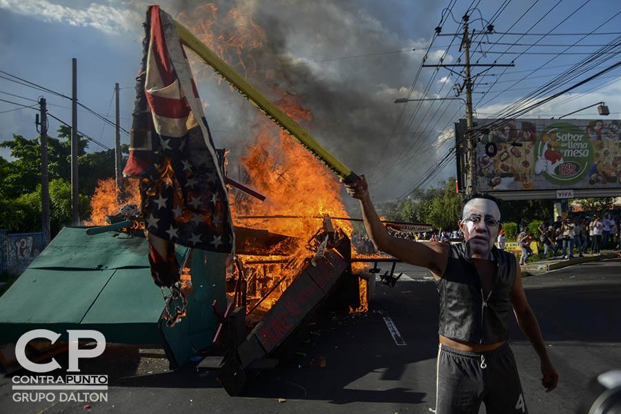 Estudiantes quemaron la bandera de los Estados Unidos, durante la conmemoración de la masacre de estudiantes universitarios.