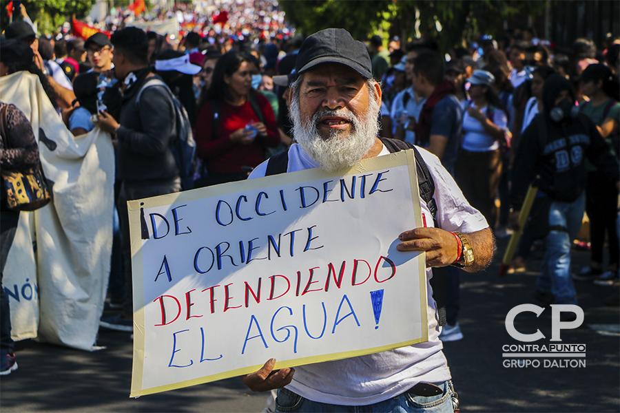 Consignas, carteles y banderas eran usadas para mostrar el descontento contra una supuesta privatización del recurso hídrico en El Salvador