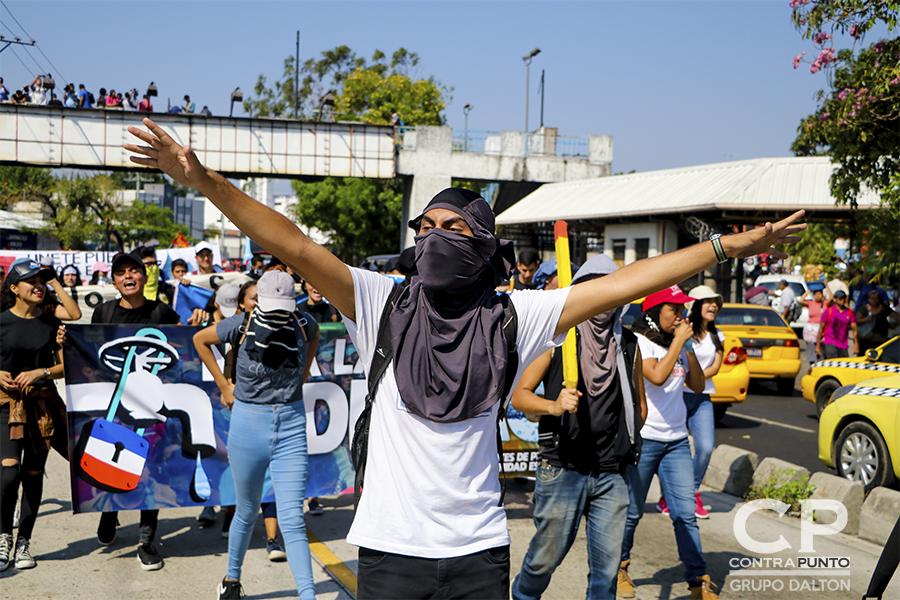 Estudiantes encapuchados eran parte de la protesta