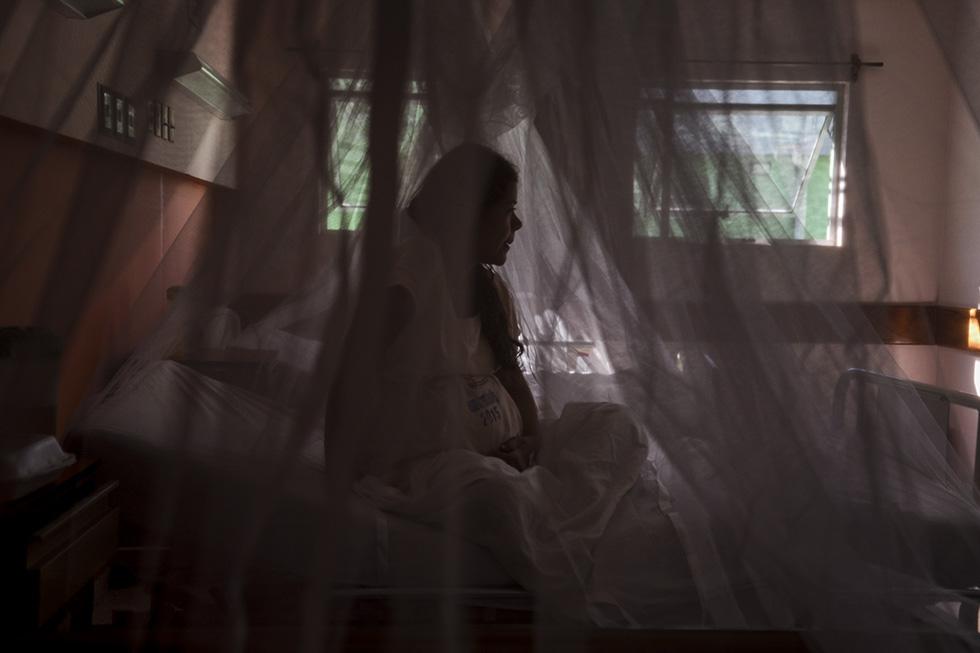 Una mujer embarazada se proteje con un mosquitero en el Hospital de La Mujer, al conocerse el riesgo que se tiene con el feto al adquirir el virus del Zika. El Ministerio de Salud registró a 362 mujeres con sospecha  haber tenido Zika mientras estaban embarazadas. De ese total, solo en ocho casos se confirmó con prueba de laboratorio la presencia del virus. Foto: Jessica Orellana