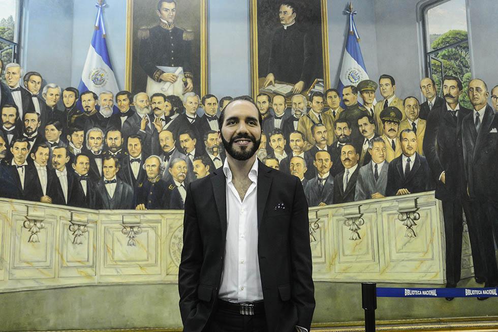 El alcalde de San Salvador, Nayib Bukele, posa frente a la pintura de los presidentes salvadoreños. Bukele es el político con mayor aceptación de la población, de acuerdo a sondeos de casas encuestadoras. Foto: Vladimir Chicas