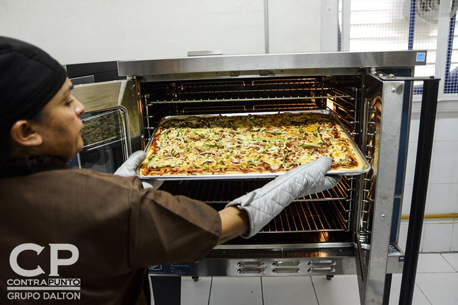 La infraestructura cuenta con un horno industrial, utensilios y herramientas profesionales para la elaboración de diversos productos de panadería.