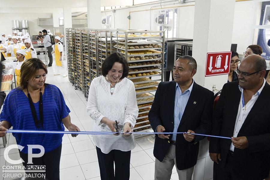 La embajadora de los Estados Unidos en El Salvador, Jean Manes, junto con autoridades de seguridad dieron por inaugurado este espacio de rehabilitación de internas.