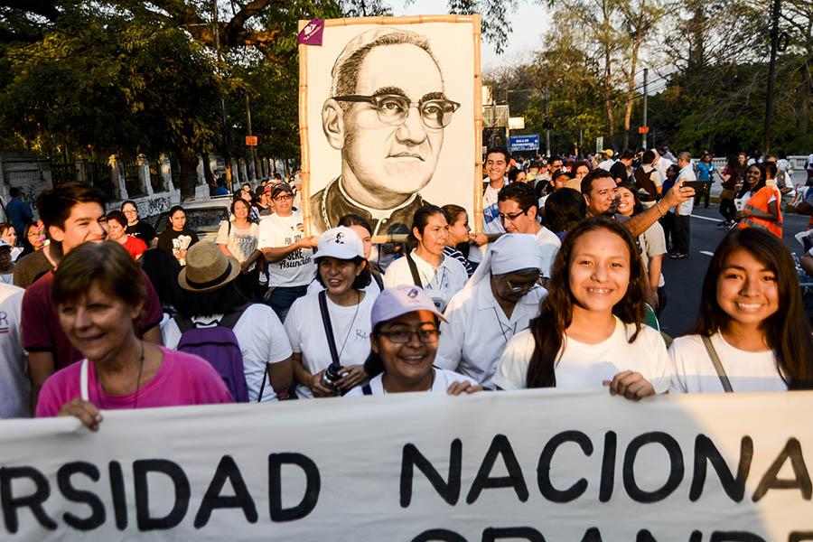 Cientos de feligreses católicos conmemoraron el aniversario número 37 del martirio de monseñorÓscar Arnulfo Romero con una peregrinación hacia la plaza al Divino Salvador del Mundo.