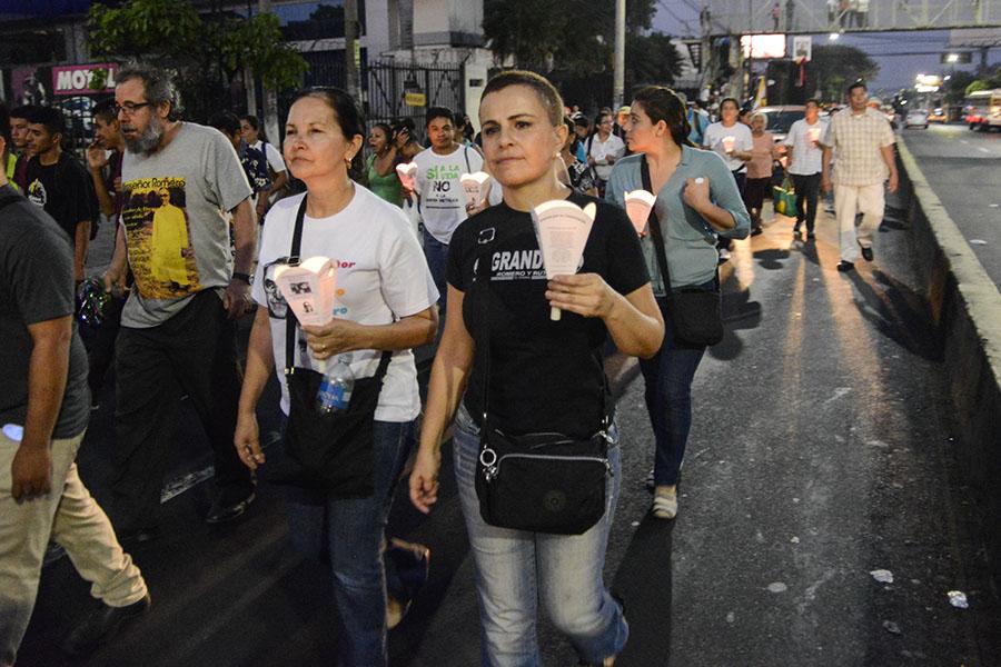 Vanda Pignato, secretaria de Inclusión Socia,l marchó junto con cientos de feligreses católicos que conmemoraron el aniversario número 37 del martirio de monseñorÓscar Arnulfo Romero con una peregrinación hacia la plaza al Divino Salvador del Mundo.