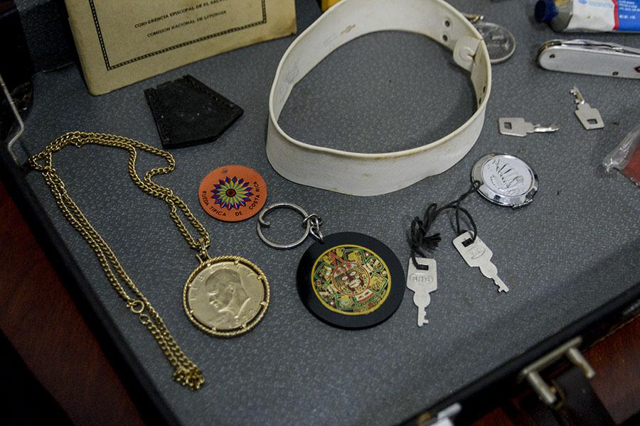 Monseñor Romero guardaba en su maletín recuerdos que los feligreses le daban en agradecimiento a su trabajo pastoral.