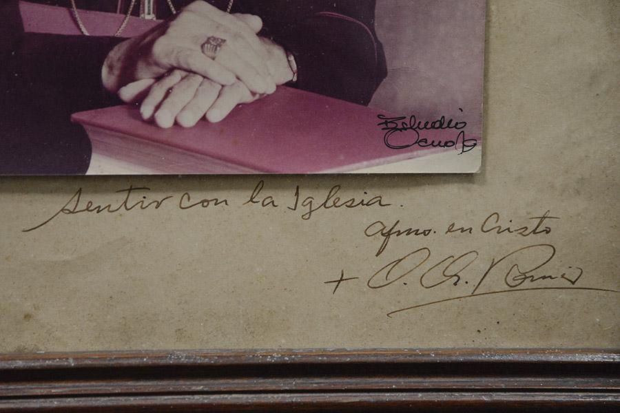 Ani Romero de Guzmán guarda en sus recuerdos un cuadro con la firma original del ahora beato de la Iglesia Católica , que está pronto a ser canonizado.