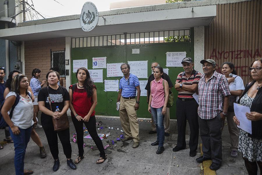 Agrupaciones feministas y ciudadanas se concentraron frente a la embajada de Guatemala en El Salvador para pronunciarse sobre la muerte de al menos 40 niñas y adolescentes en el Hogar Seguro Virgen de la Asunción.