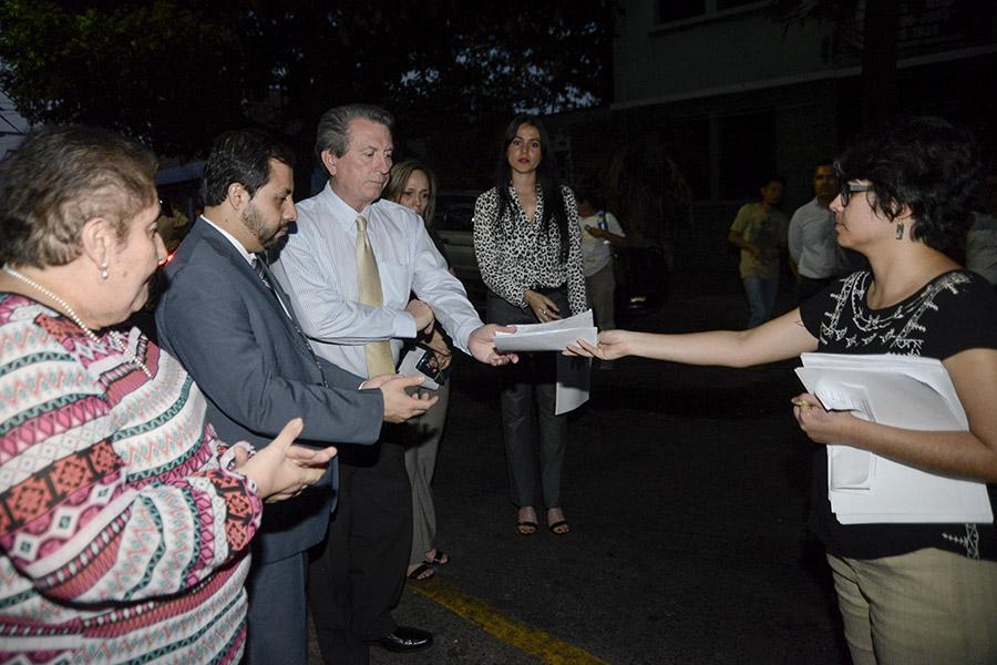 Los protestantes entregaron una carta que contenía sus valoraciones sobre la tragedia en el Hogar  Seguro Virgen de la Asunción a representantes de la embajada guatemalteca.