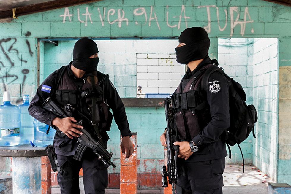 Agentes policiales custodian una casa