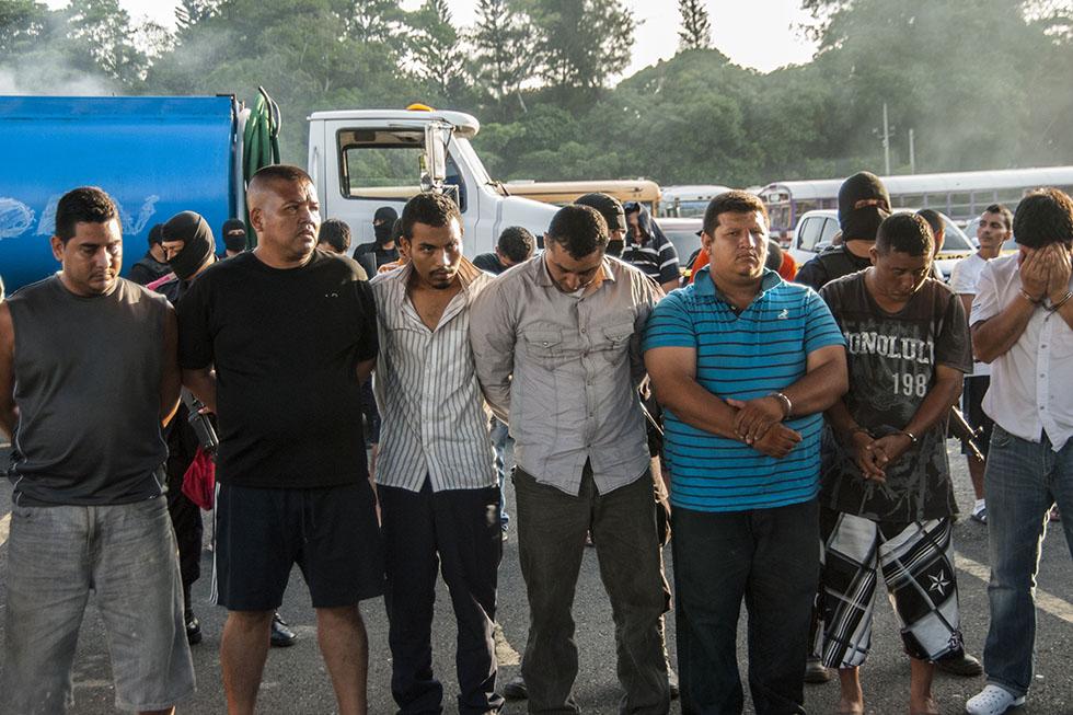 Presentación de miembros de la pandilla Mara Salvatrucha, capturados en un megaoperativo policial denominado
