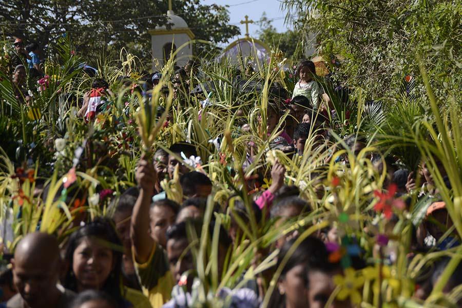 Los habitantes de Nahuizalco, departamento de Sonsonate,  conmemoraron el Domingo de Ramos con la tradicional procesión de Las Palmas, dando inicio  a las celebraciones de Semana Santa.