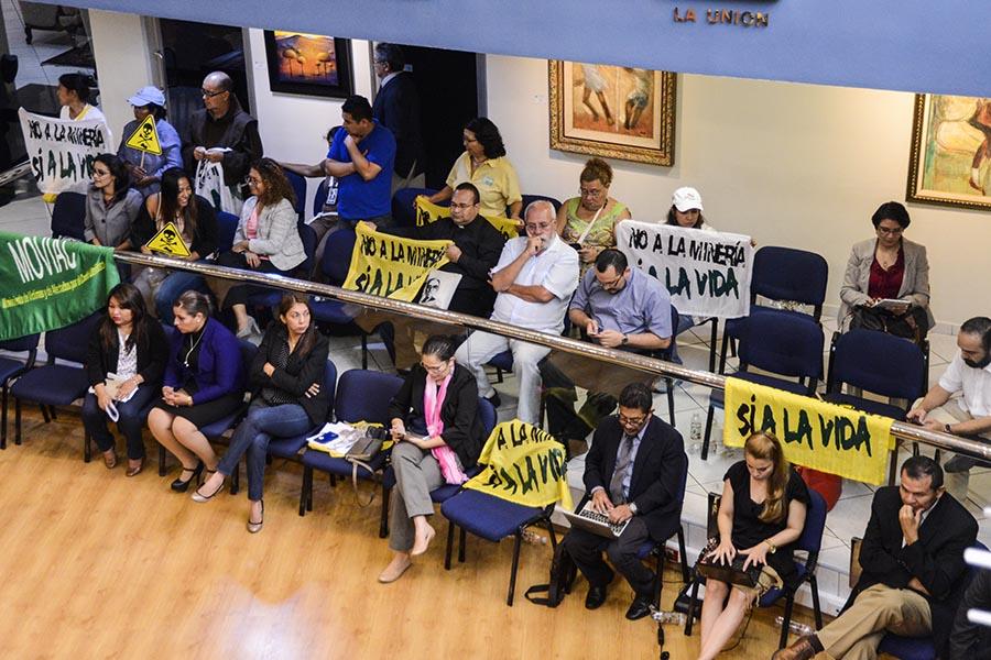 Organizaciones ambientalistas, miembros de la Iglesia Católica  llegaron a la Asamblea Legislativa para ser testigos de la aprobación de la  Ley de Prohibición de la Minería Metálica.