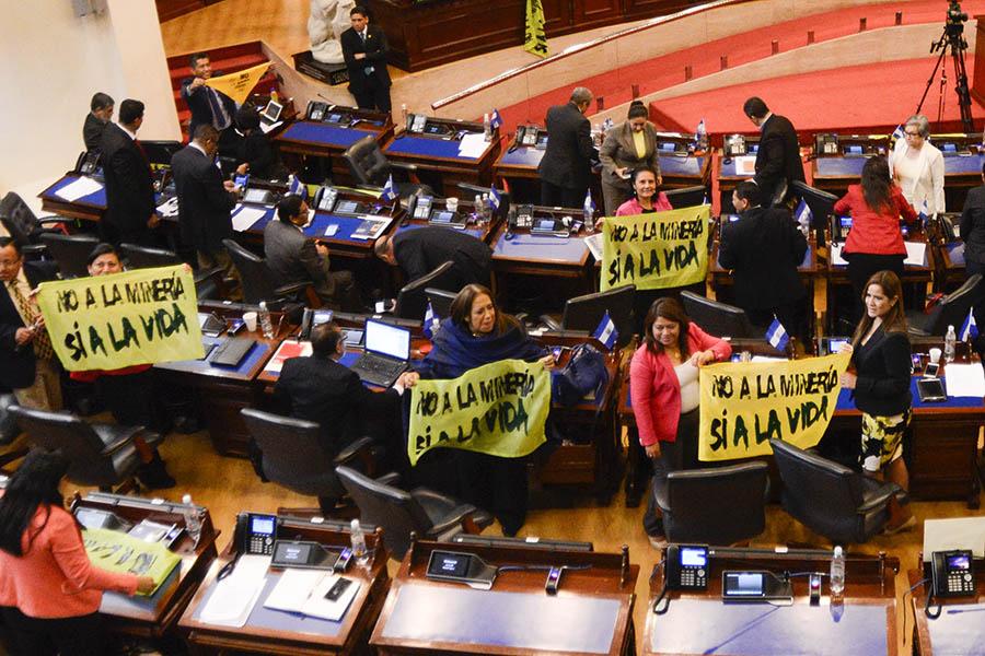 Diputadas de la fracción del FMLN celebran la aprobación de la Ley de Prohibición de la Minería Metálica.