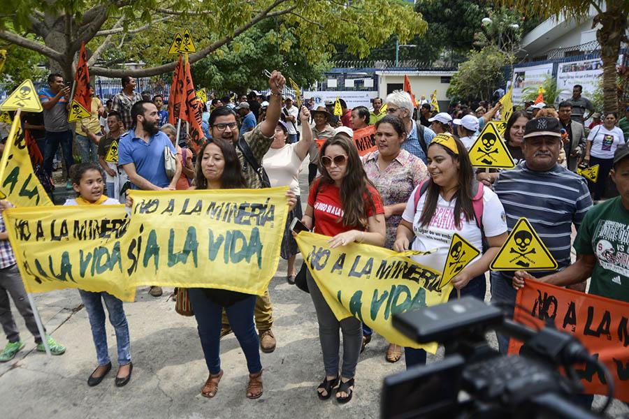 Organizaciones ambientalistas celebran , luego  12 años de peticiones de prohibir la minería metálica en el país.