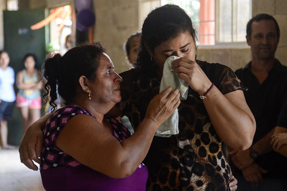 Teodolina Asencio limpia las lágrimas de su hija Ana Luz , luego de ser presentadas tras 29 años de separación, debido al conflicto armado salvadoreño. Foto: Vladimir Chicas