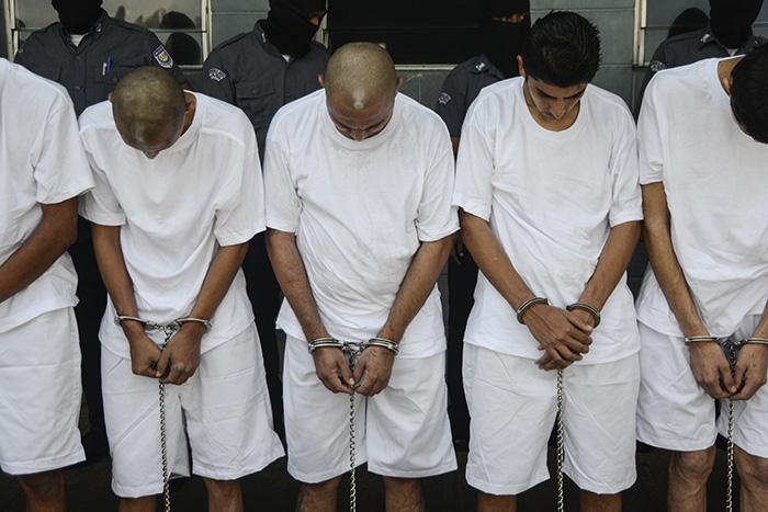 27 pandilleros de la Mara Salvatrucha (MS), acusados de ser los asesinos intelectuales y materiales de policías y militares en el 2016, fueron trasladados al penal de máxima seguridad, en Zacatecoluca, La Paz. Foto: Vladimir Chicas