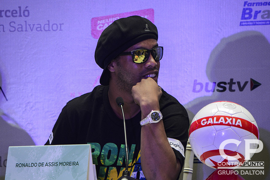 Ronaldinho ha visitado a Honduras y Costa Rica, como parte de su gira centroamericana.