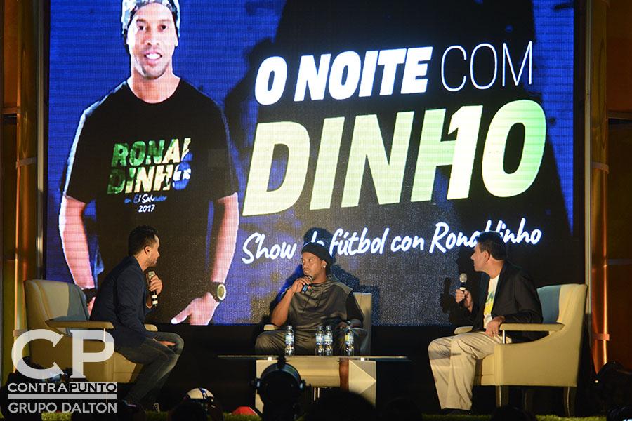 Ronaldinho realizó un show en el Palacio de los Deportes, donde habló sobre su trayectoria.