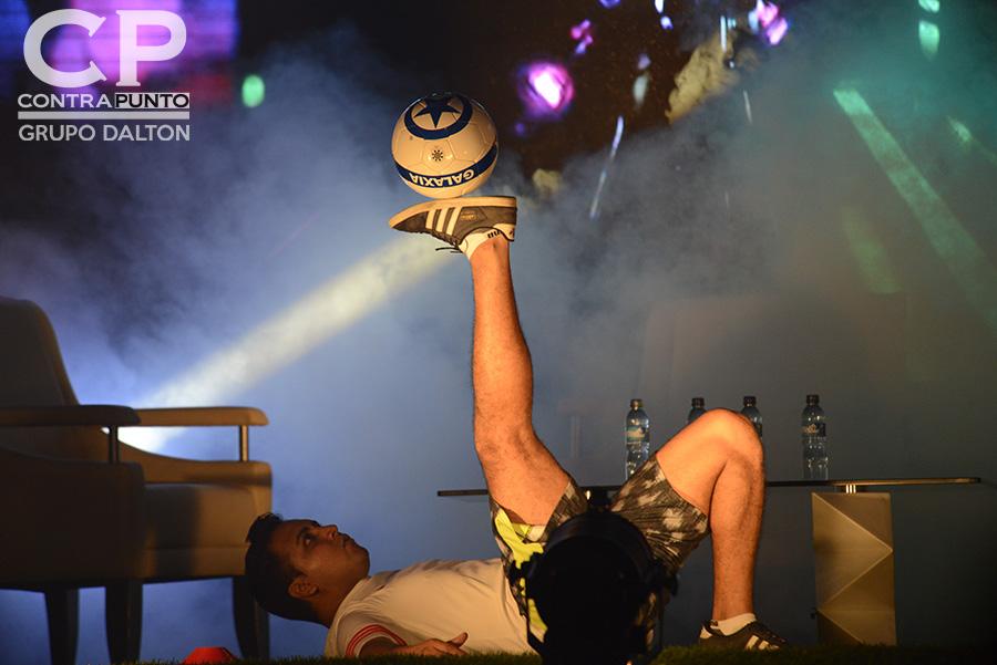 Previo a la presentación del futbolista brasileño se realizó una demostración de habilidades de freestyle.