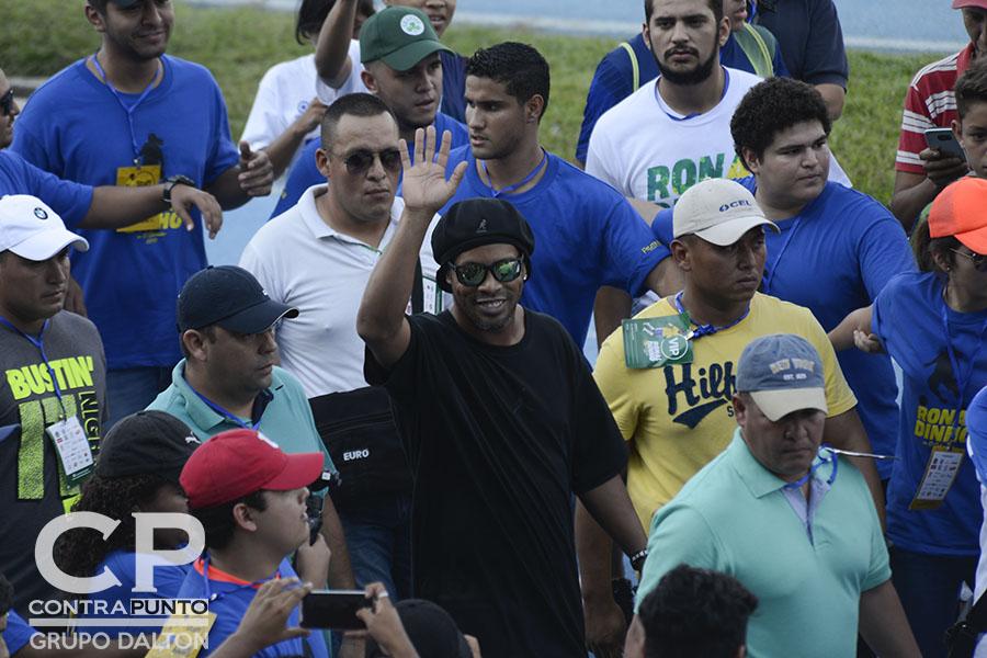 Ronaldinho finalizó su visita a El Salvador, participando en un campamento con 450 niños, como parte del programa de prevención Liga Atlética Policial.