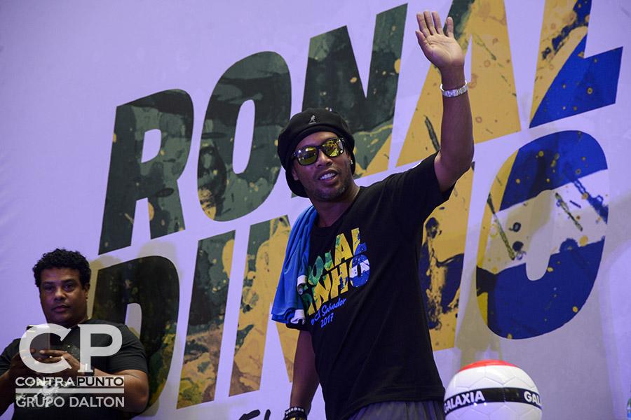 El futbolista brasileño Ronaldo de Assis Moreira, conocido en el mundo del fútbol como  Ronaldinho, visita por primera vez El Salvador para realizar una serie de actividades en las que destaca un campamento en los que incluirá a  jóvenes de escasos recursos.