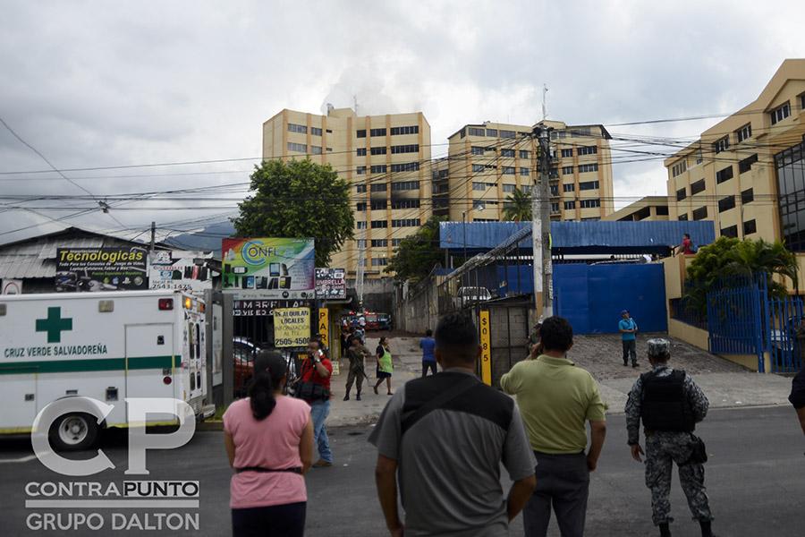 Un incendio en el edificio 3 de las Tres Torres del Ministerio de Hacienda dejó un saldo de al menos dos personas fallecidas y más de una veintena de heridos. La efectividad del trabajo de los cuerpos de socorro evitaron una tragedia mayor.
