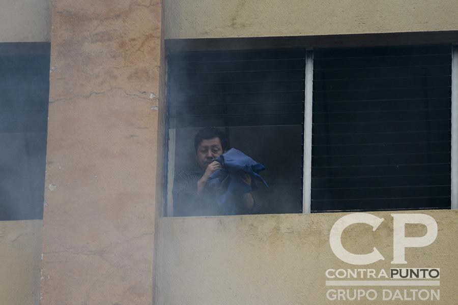 Varias personas quedaron atrapadas en los pisos superiores donde inició el siniestro.