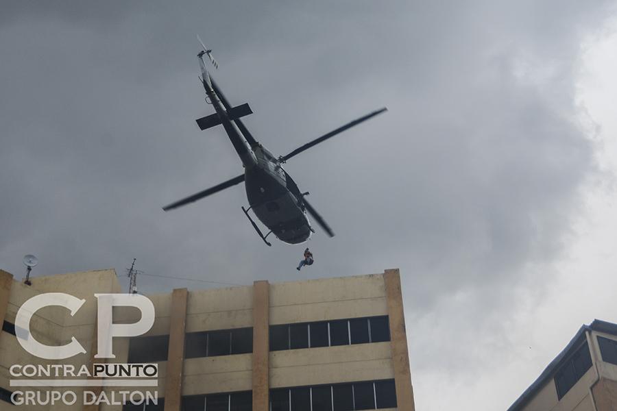 Un helicóptero de la Fuerza Armada realiza el rescate de una de las personas atrapadas en la azotea del edificio 3 del Ministerio de Hacienda.