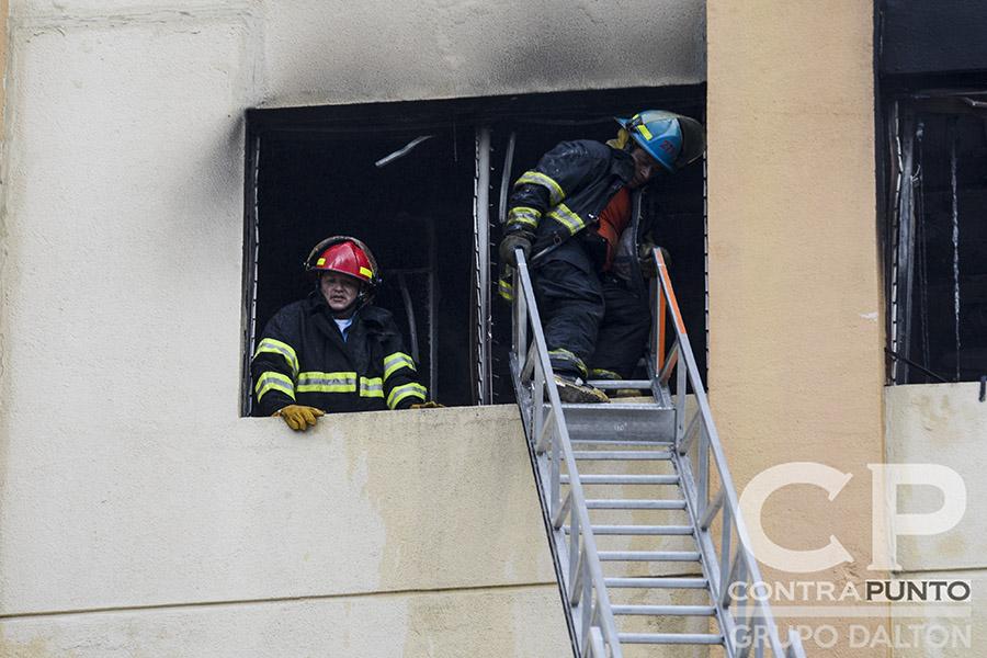 El Cuerpo de Bomberos controló el incendio en menos de dos horas,. También realizaron labores de rescate.