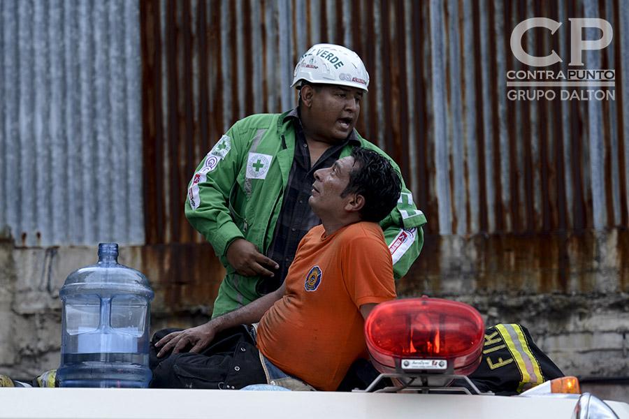 Un bombero es asistido luego de controlarse el incendio en el Ministerio de Hacienda.