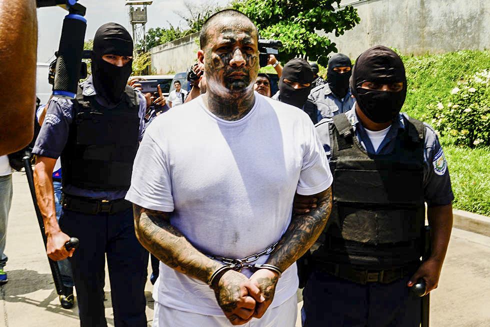Un cabecilla de pandillas recluido en el penal de Izalco es trasladado a la prisión de Máxima Seguridad ubicada en Zacatecoluca, La Paz, como parte de las medidas extraordinarias realizadas por el gobierno para frenar la violencia. Foto: Vladimir Chicas