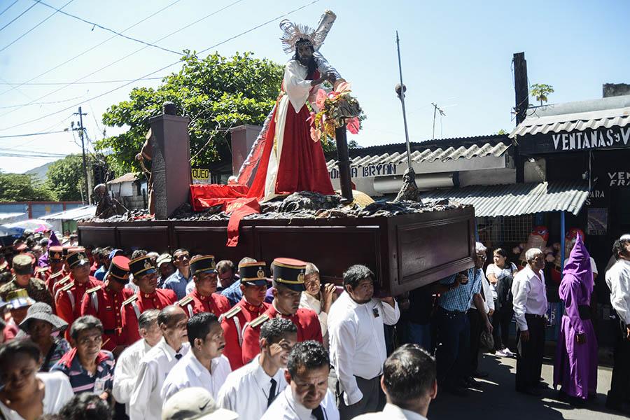 Católicos salvadoreños conmemoraron la pasión de Cristo con el tradicional Vía Crucis de  Viernes Santo, en una procesión que recorrió la Calle de la Amargura hasta la iglesia El Calvario.