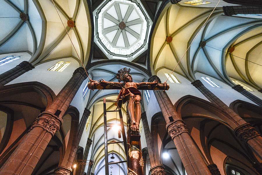 Al interior de la iglesia El Calvario se realizó el acto de crucifixión de Jesús por parte de la Asociación Vía Crucis.