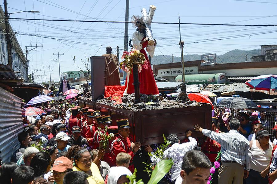 El Vía Crucis del centro de San Salvador recorre la 6a. calle Oriente- Poniente, mejor conocida como Calle de La Amargura, hasta llegar a la iglesia El Calvario.