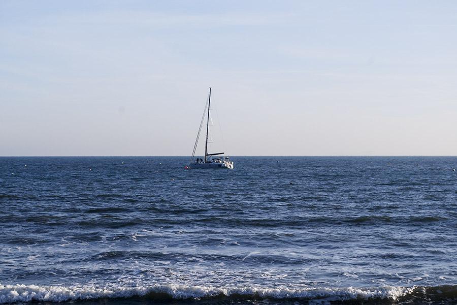 8:00 am, y los tripulantes del barco se adentran en el mar para iniciar su rutina de pesca en las templadas costas de Swanage, un pequeño pueblo ubicado en la Costa Jurásica. Dorset, Inglaterra. Foto: Nicole Chicas