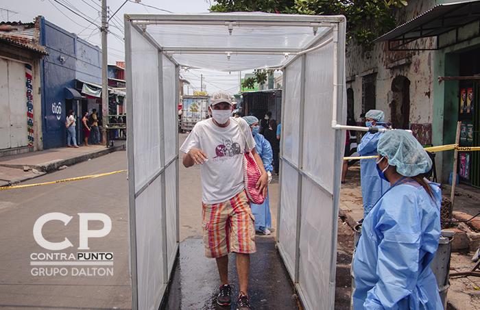 Túnel sanitario en el mercado municipal de Chalchuapa