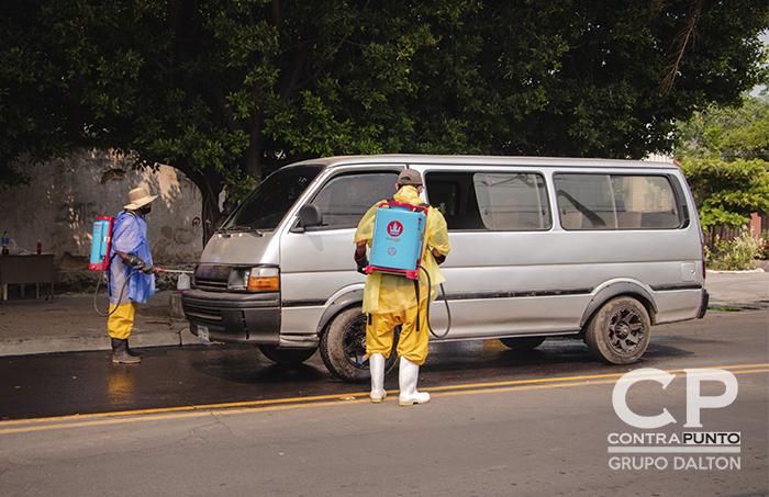 En Santa Ana se desinfecta a todos los automóviles que ingresan al municipio