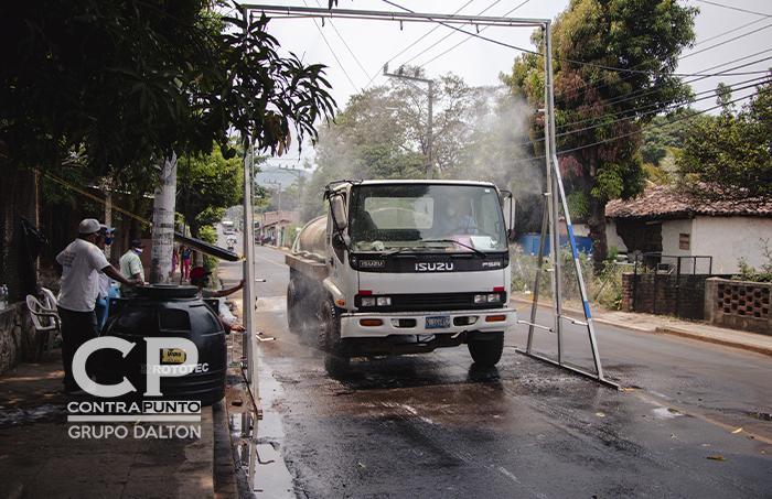 La alcaldía de Atiquizaya ha colocado un arco de desinfección de vehículo