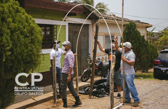 Comunidades construyen sus propios arcos de desinfección