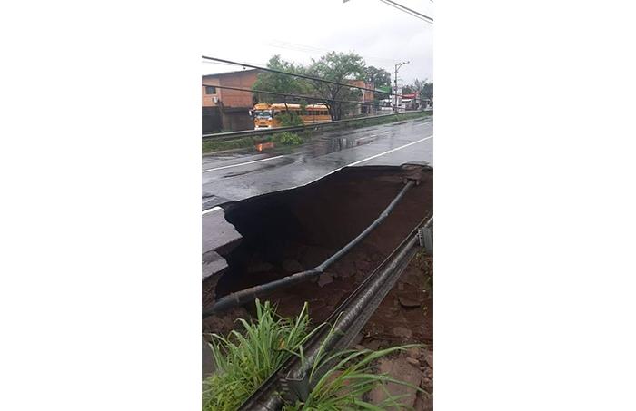 Derrumbe en carretera en el municipio de Quezaltepeque