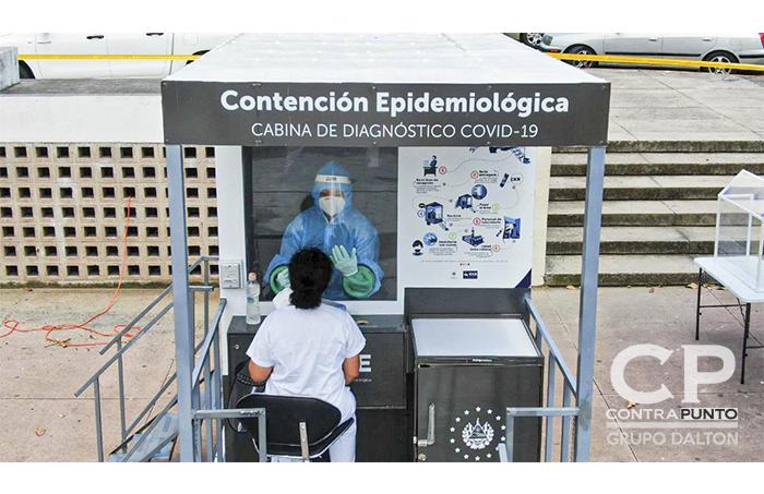 Cabinas de diagnóstico para COVID-19 fueron colocadas en la plaza del Salvador del Mundo. Las pruebas fueron realizadas a personas que quisieran conocer si han contraído el virus.