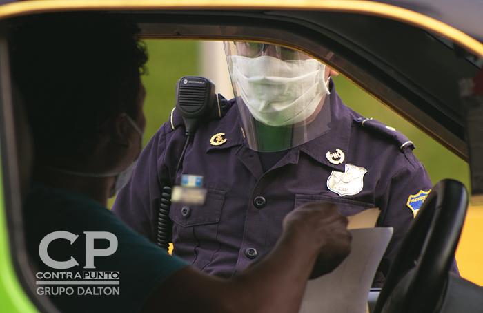 Otros han decidido usar caretas para evitar cualquier tipo de contagio.