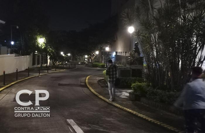 San José, la capital de Costa Rica, sus calles, casas y parque captados de noche