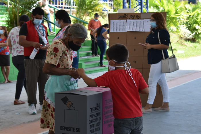 Personas de la tercera edad asistieron masivamente a los centros de votación.