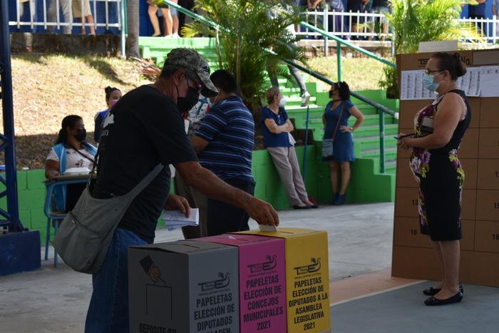"""En el Instituto Nacional """"Dr. Francisco Martínez Suarez"""" se vio una mayor afluencia de votantes durante las horas del mediodía, principalmente a partir de las 11 a.m. según indicó Hayde Rivera miembro de la Procuraduría General."""