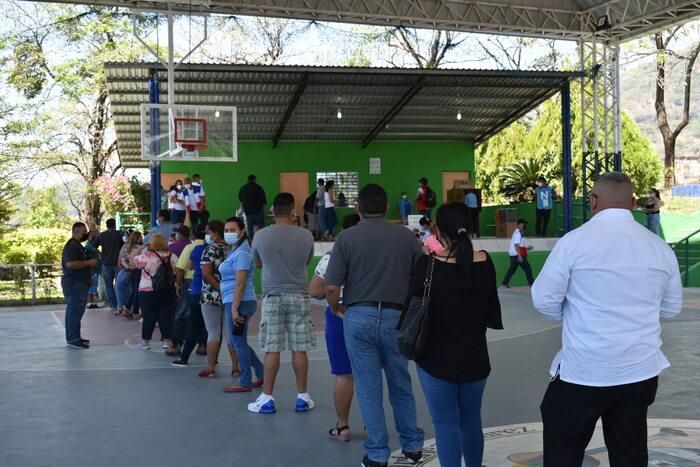 """En el centro de votación del el Instituto Nacional """"Dr. Francisco Martínez Suarez"""" muchas personas esperaban su turno, para votar, haciendo fila."""