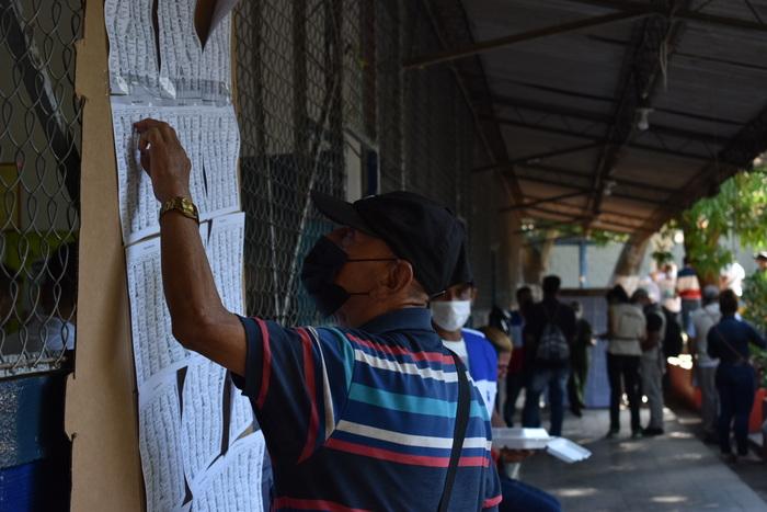 Al momento de la apertura del centro de votación los sufragistas empezar a buscar su nombre y urna en el padrón electoral.